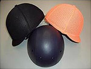 調教用ヘルメットと通気性に配慮したメッシュの色帽子